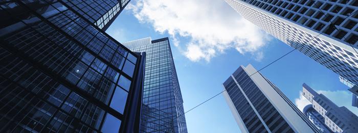 drafter mekanikal membuat gambar utilitas gedung bertingkat